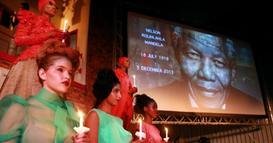 06.dez.2013 - Modelos prestam homenagem ao ex-presidente sul-africano Nelson Mandela durante desfile de moda em Durban, na África do Sul