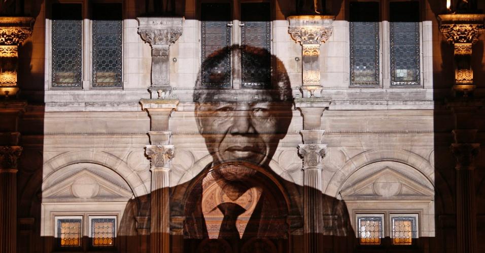 6.dez.2013 - A imagem do ex-presidente sul-africano Nelson Mandela é projetada na fachada da Prefeitura de Paris, nesta sexta-feira (6). Nelson Mandela morreu nessa quinta (5), aos 95 anos, em Johannesburgo