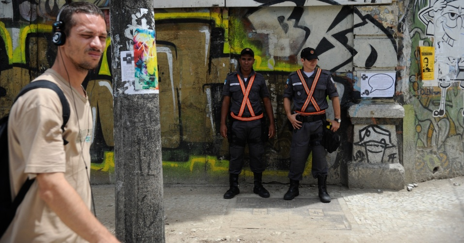 6.dez.2013 - A Polícia Militar reforçou a segurança das ruas da Lapa e no Saara, região central do Rio de Janeiro, nesta sexta-feira (6). O comerciante Gerson Vaz, dono do Bar do Gérson, na Lapa, morreu após sofrer tentativa de assalto no local. O estabelecimento fica na esquina das ruas Riachuelo e Lavradio, um dos pontos mais movimentados do bairro. Ele reagiu ao assaltou e acabou sendo baleado por volta da 1h30