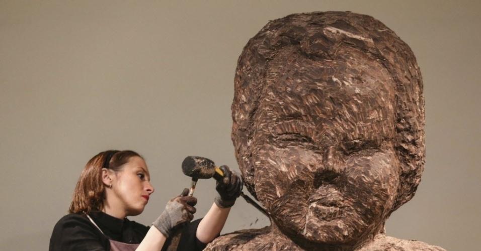 6.dez.2013 - Escultora francesa Stephanie Dewitte esculpe uma estátua de chocolate representando Manneken Pis, um dos principais símbolos de Bruxelas, Bélgica. A escultura, com 2,5 metros de altura, é feita de um bloco de chocolate de uma tonelada. O trabalho será exposto durante dois anos depois será transferido para o Museu do Chocolate em Bruges