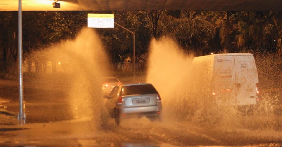 6.dez.2013 - Pelo menos três pessoas morreram e duas ficaram feridas por causa da forte chuva que atingiu o Estado do Rio de Janeiro na noite de quinta-feira (5). Segundo a Defesa Civil, um deslizamento de terra e pedra matou uma mulher em Comendador Soares, em Nova Iguaçu, na Baixada Fluminense