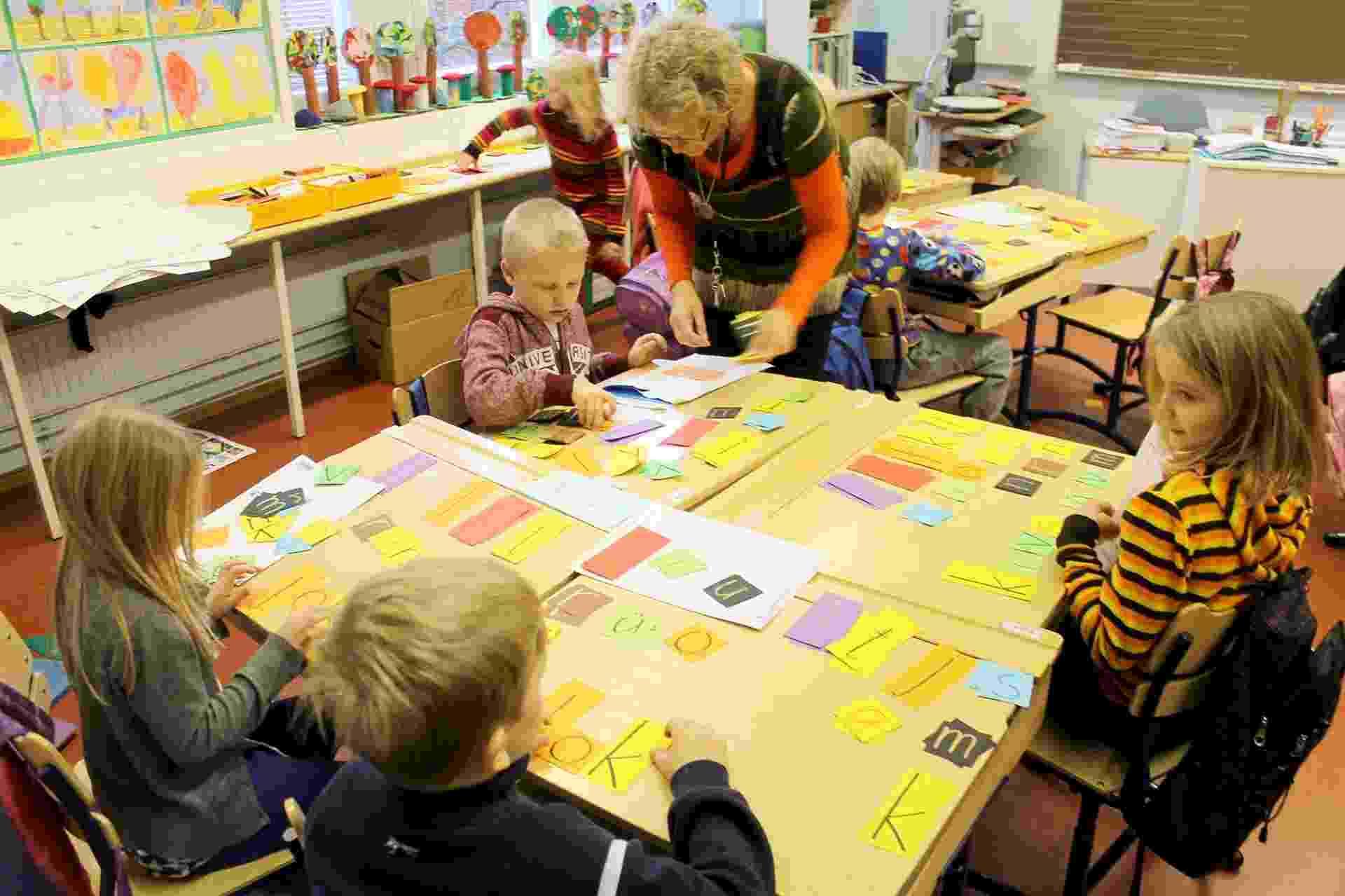 Na sala acima, as crianças estão sendo alfabetizadas no finlandês. Os alunos sentam em grupos e fazem jogos com as letras para formar palavras - Guilherme Tagiaroli/UOL