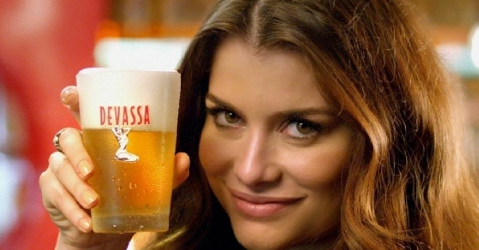 """No Brasil, causou polêmica em fevereiro o comercial da cerveja Devassa em que o personagem Deco Silva, anunciava que teria sua """"primeira vez"""" com """"uma devassa"""", numa associação à perda da virgindade. Ele aparecia saboreando a cerveja ao lado da atriz Alinne Moraes. O comercial foi alvo de processo do Conar, mas foi absolvido em março"""