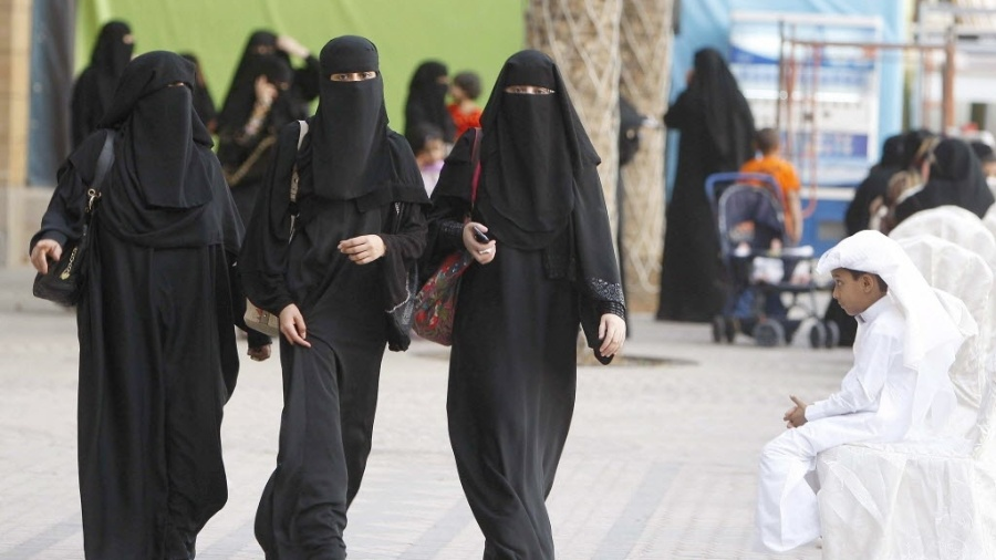Mulheres sauditas caminham após orações na mesquita Abdul Aziz, em Riad, na Arábia Sudita - Efe