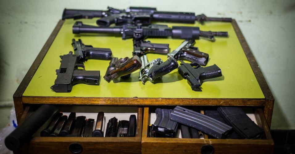 6.dez.2013 - Polícia Militar apreendeu armas e equipamento para o refino de drogas nesta sexta-feira (6) em residência do Parque Continental, em Guarulhos (Grande SP)