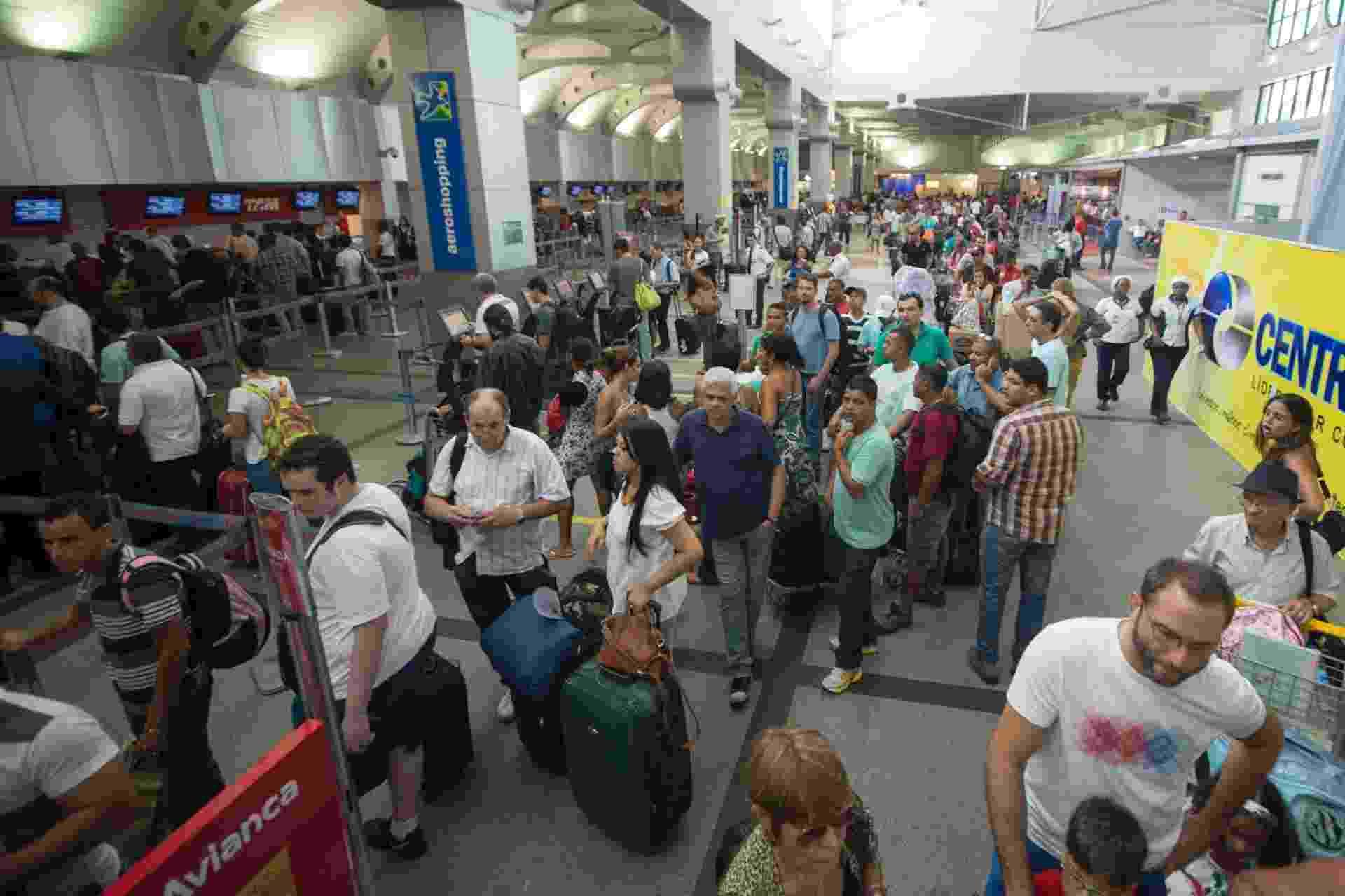 7.dez.2013 - Passageiros enfrentam filas para fazer o check-in no aeroporto de Salvador, na tarde deste sábado (07). Este foi o terceiro aeroporto com o maior número de atrasos neste sábado - 21 no total, o que equivale a 27,6% de seu movimento. Guarulhos, com 42 atrasos, e Brasília, com 37, lideram o ranking. Usuários de aeroportos brasileiros ainda sentem os reflexos da forte chuva que atingiu os Estados do Rio de Janeiro e de São Paulo na noite de quinta-feira - Celso Pupo/Fotoarena/Estadão Conteúdo