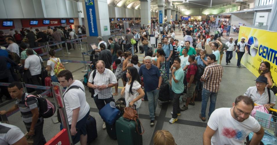 7.dez.2013 - Passageiros enfrentam filas para fazer o check-in no aeroporto de Salvador, na tarde deste sábado (07). Este foi o terceiro aeroporto com o maior número de atrasos neste sábado - 21 no total, o que equivale a 27,6% de seu movimento. Guarulhos, com 42 atrasos, e Brasília, com 37, lideram o ranking