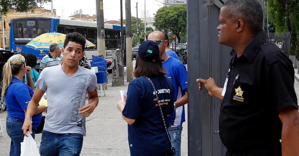 8.dez.2013 - Candidato corre para chegar antes do fechamento dos portões para a prova do vestibular 2014 das Fatecs (Faculdades de Tecnologia do Estado de São Paulo). O exame terá uma redação e 54 questões, cada uma com cinco alternativas