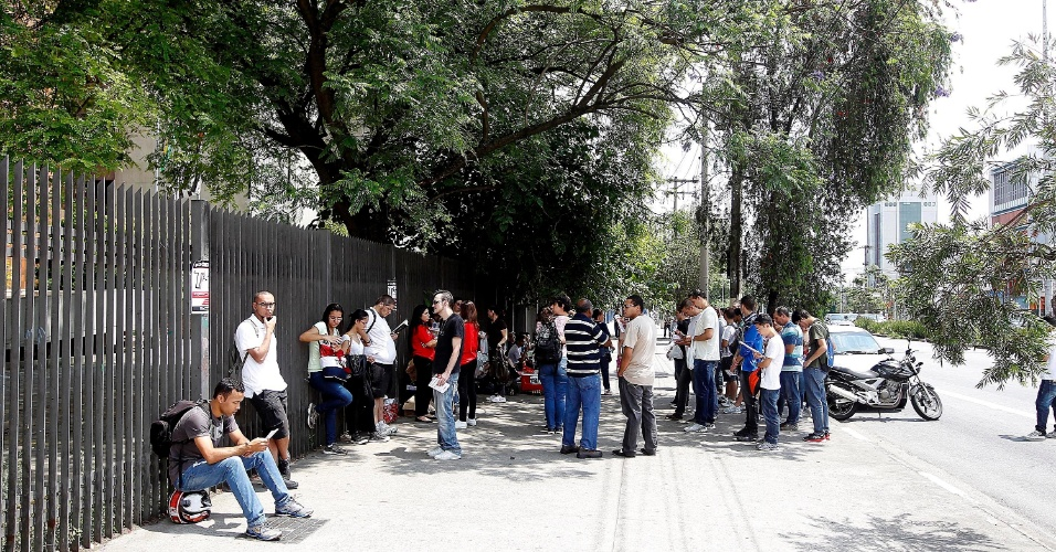 8.dez.2013 - Candidatos aguardam a abertura dos portões para a prova do vestibular 2014 das Fatecs (Faculdades de Tecnologia do Estado de São Paulo). Gestão de Negócios e Inovação da Fatec Sebrae, na capital paulista, é o curso mais concorrido, com 18,63 candidatos por vaga