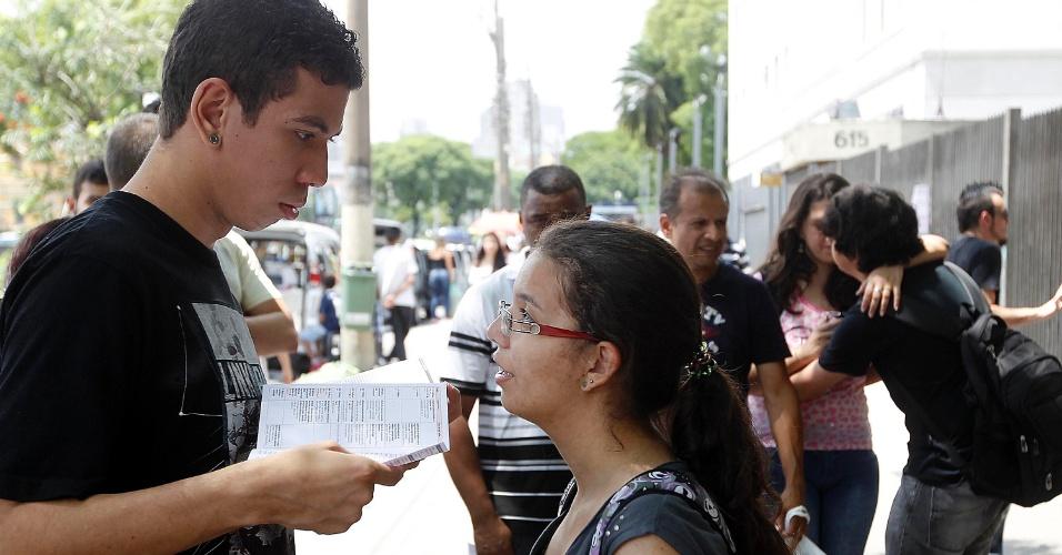 8.dez.2013 - Candidatos aguardam a abertura dos portões para a prova do vestibular 2014 das Fatecs (Faculdades de Tecnologia do Estado de São Paulo). O exame será composto de uma redação e 54 questões, cada uma com cinco alternativas