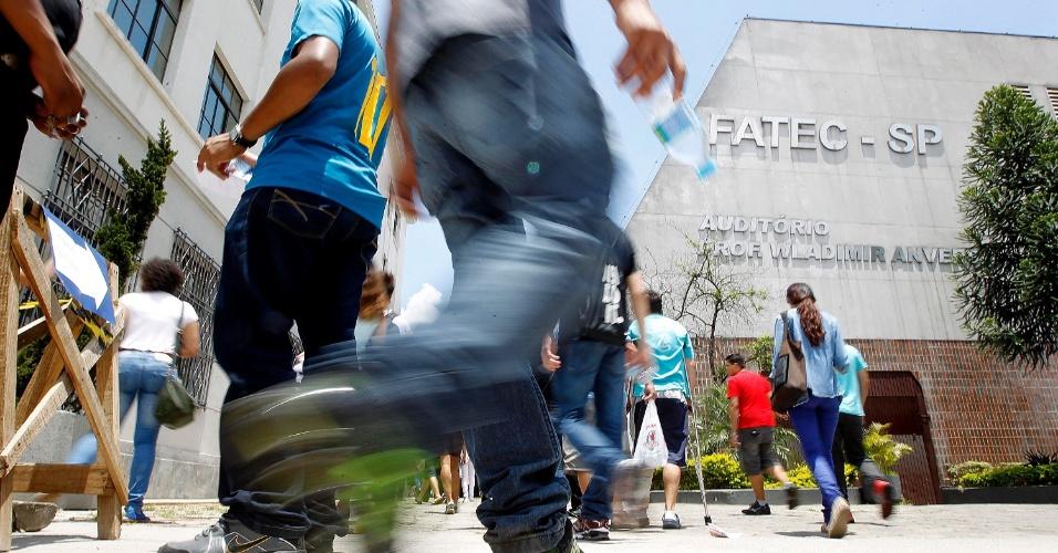8.dez.2013 - Candidatos entram em local de prova para realizar o vestibular 2014 das Fatecs (Faculdades de Tecnologia do Estado de São Paulo). O exame será composto de uma redação e 54 questões, cada uma com cinco alternativas