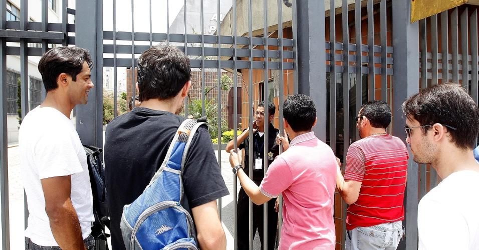 8.dez.2013 - Candidatos se atrasam e perdem a prova do vestibular 2014 das Fatecs (Faculdades de Tecnologia do Estado de São Paulo). O exame terá uma redação e 54 questões, cada uma com cinco alternativas