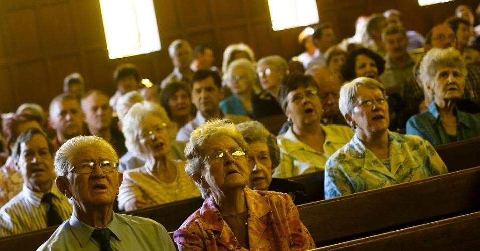 """8.dez.2013 - Membros da Igreja Reformista da Holanda em Pretória, na África do Sul, que fica num bairro predominantemente branco da cidade, participam de uma missa que faz parte do dia de """"oração e reflexão"""" pelo líder da luta anti-apartheid Nelson Mandela, morto na quinta-feira (5)"""