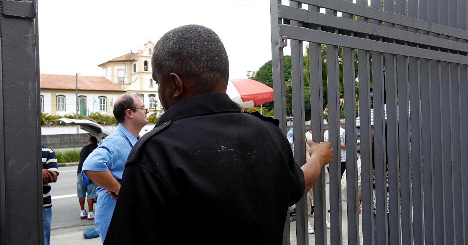 8.dez.2013 - Segurança fecha os portões de local de prova do vestibular 2014 das Fatecs. Serão 13.105 vagas – distribuídas entre as 59 unidades que oferecem 67 cursos de graduação tecnológica gratuitos