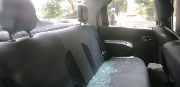 Vidros de carro da UPP (Unidade de Polícia Pacificadora) da Cidade de Deus, na zona oeste do Rio, foram quebrados por moradores da comunidade