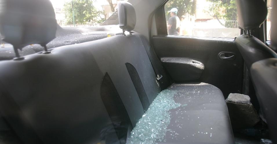 8.dez.2013 - Vidros  de veículo da UPP (Unidade de Polícia Pacificadora) da Cidade de Deus, na zona oeste do Rio, foram quebrados por moradores da comunidade. Neste domingo (8), os policiais da UPP foram checar uma denúncia feita por um morador, mas foram recebidos a tiros. Houve perseguição e o suspeito, Tiago de Jesus de Oliveira, 26, foi capturado. Enquanto os policiais conduziam o jovem, moradores começaram a atirar pedras contra os PMs. Um morador ficou ferido
