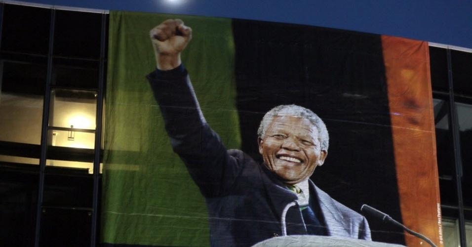9.dez.2013 - Foto de Nelson Mandela pendurada no prédio do Partido Comunista Francês, em Paris, durante homenagem ao ex-presidente sul-africano
