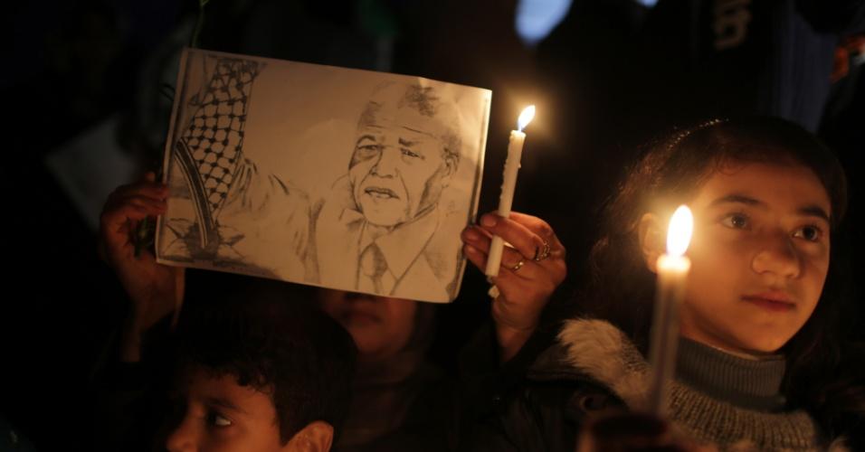 9.dez.2013 - Palestinos fazem vigília em Gaza (Cisjordânia) em homenagem ao ex-presidente sul-africano e Nobel da Paz Nelson Mandela aos 95 anos, em Johannesburgo (África do Sul)