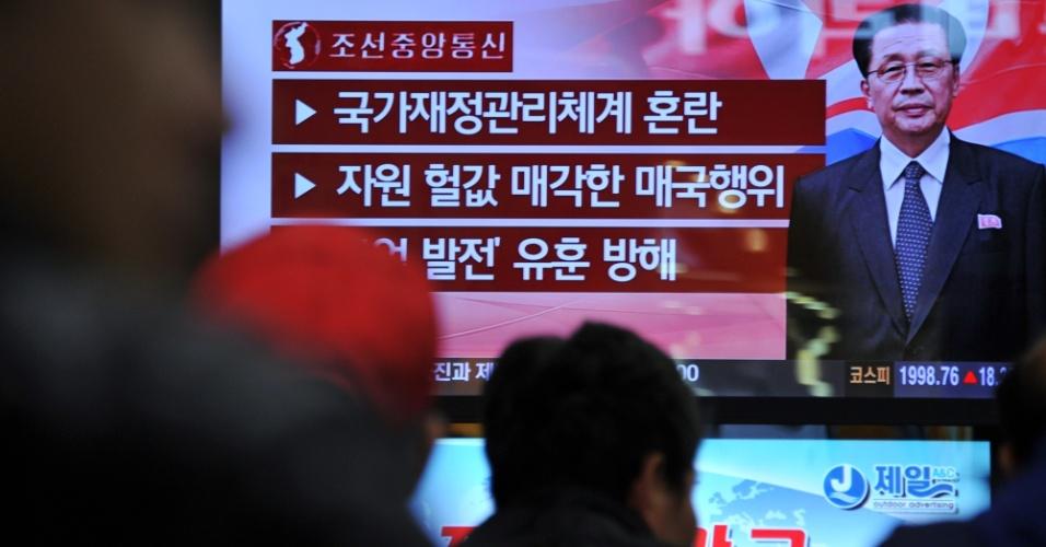9.dez.2013 - Sul-coreanos tomam conhecimento, pela TV, da demissão de Jang Song-thaek, tio do líder Kim Jong-un e número dois do regime comunista, que foi destituído do cargo por, segundo o governo da Coreia, cometer