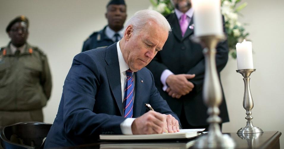 9.dez.2013 - Vice-presidente dos Estados Unidos, Joe Biden, assina livro de condolênicas para o ex-presidente sul-africano Nelson Mandela na embaixada do país em Washington