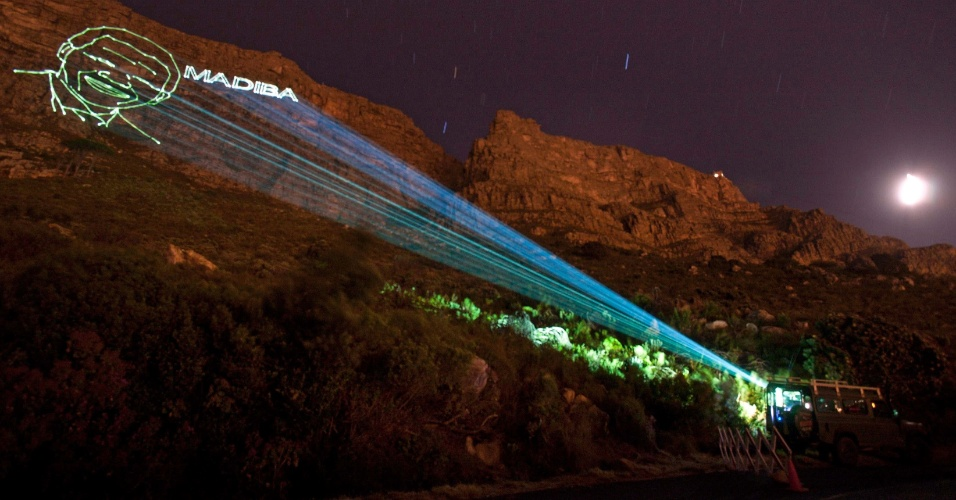 9.dez.2013 - Projeção com o rosto de Nelson Mandela homenageia o ex-presidente, na Table Mountain, na Cidade do Cabo (África do Sul)