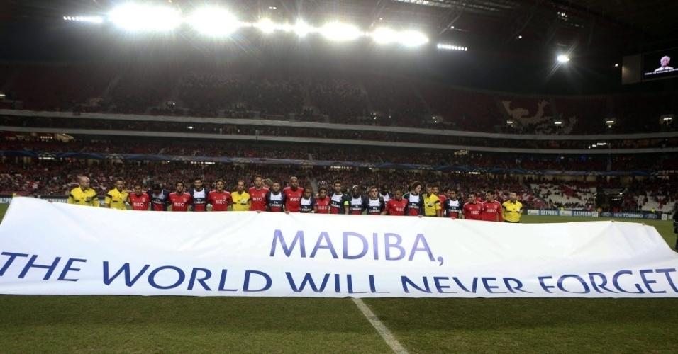 10.dez.2013 - Jogadores dos times Benfica e Paris Saint-Germain fazem homenagem ao líder sul-africano Nelson Mandela, antes de partida da Liga dos Campeões no estádio Luz, em Lisboa (Portugal)