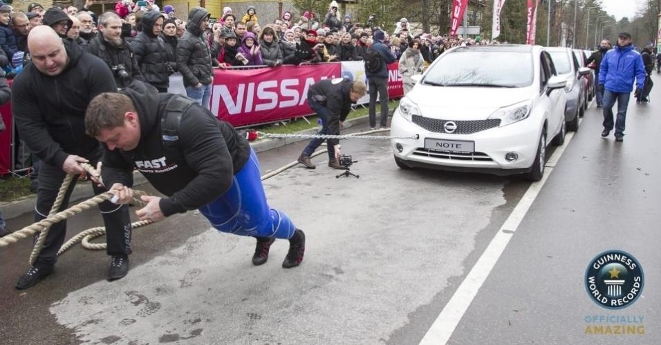10.dez.2013 - O lituano Zydrunas Savickas entrou para o Guinness, o livro dos recordes, após puxar 12 carros por cinco metros, durante 33 segundos. Ao todo, os 12 carros somam 12.941 kg