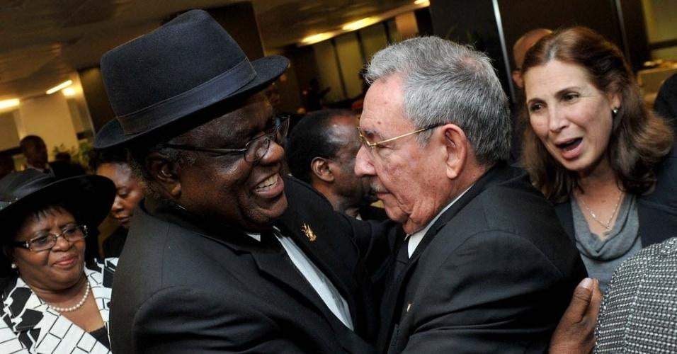 10.dez.2013 - O presidente de Cuba, Raúl Castro, e o presidente da Namíbia, Hifikepunye Pohamba, se abraçam durante cerimônia em homenagem ao ex-presidente sul-africano Nelson Mandela, no estádio Soccer City, em Johannesburgo