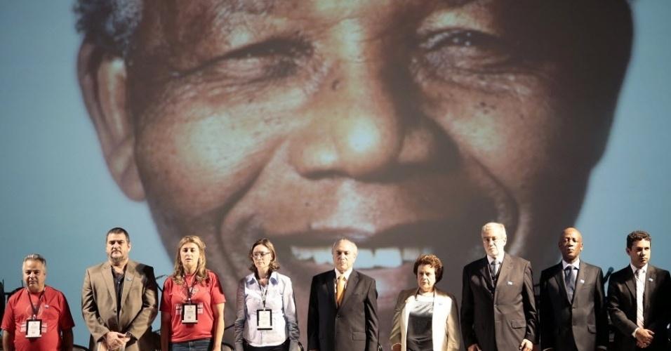 10.dez.2013 - Participantes do Fórum Mundial de Direitos Humanos ficam em frente a telão com imagem de Nelson Mandela, durante a abertura do fórum em Brasília