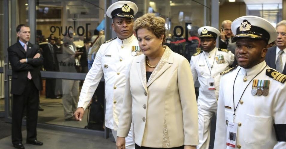 10.dez.2013 - Presidente Dilma Roussef chega ao estádio Soccer City, em Johannesburgo, na África do Sul, para o funeral de Nelson Mandela, homenageado por vários líderes mundiais