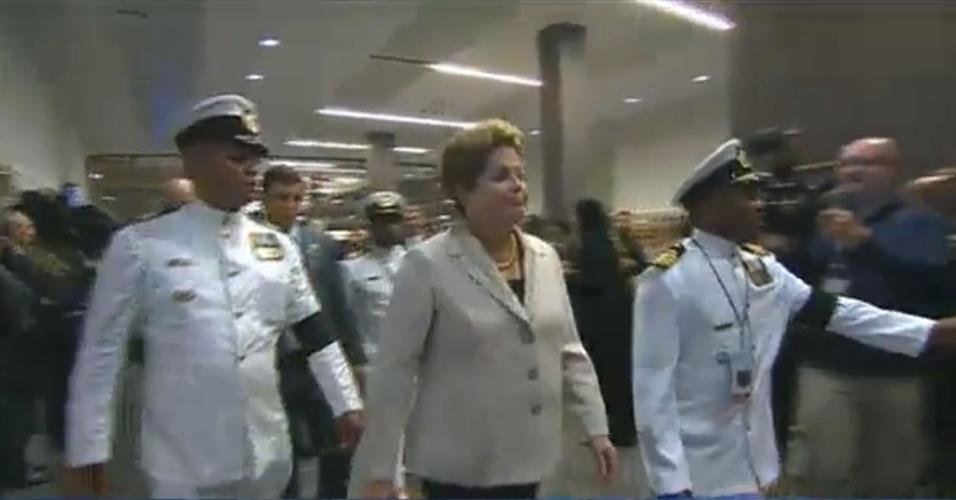 10.dez.2013 - Presidente Dilma Roussef chega ao estádio Soccer City, na África do Sul,  onde o ex-presidente Nelson Mandela vai receber uma homenagem especial como parte das cerimônias de seu funeral