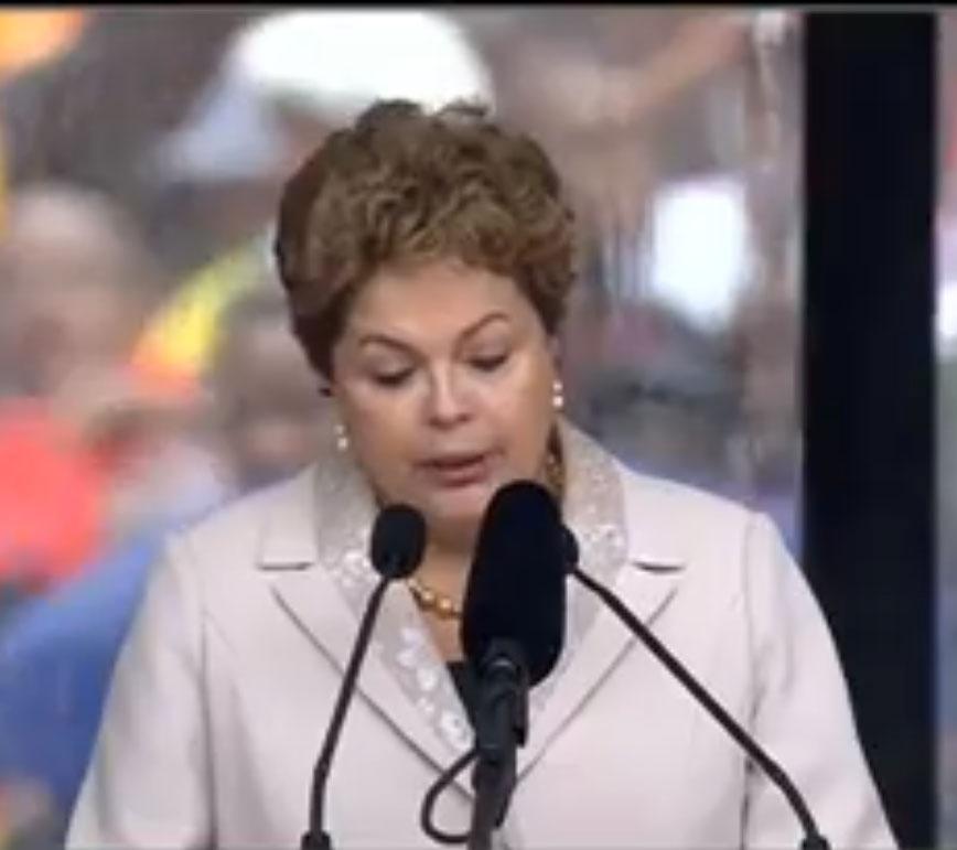 10.dez.2013 - Presidente Dilma Roussef discursa no estádio Soccer City- no bairro de Soweto, em Johannesburgo, onde o ex-presidente Nelson Mandela recebe homenagens como parte das cerimônias de seu funeral