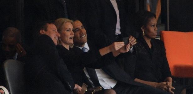 Presidente dos EUA, Barack Obama, o primeiro-ministro britânico, David Cameron, e a primeira-ministra da Dinamarca, Helle Thorning-Schmidt, fazem autorretrato com celular, durante as homenagens do funeral do ex-presidente da África do Sul Nelson Mandela - Roberto Schmidt/AFP