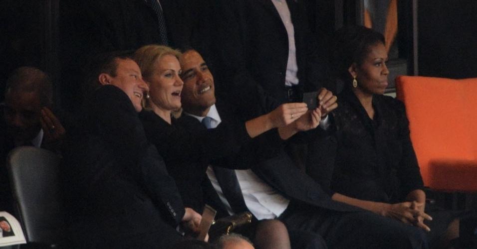 10.dez.2013 - 10.dez.2013 - O presidente dos EUA, Barack Obama, o primeiro-ministro britânico, David Cameron, e a primeira-ministra da Dinamarca, Helle Thorning-Schmidt, tiram um