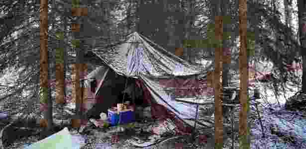 """Área de acampamento abandonada fica coberta de neve em Soldotna, Alasca (EUA). Acampar é  um estilo de vida e parte dos costumes no Alasca, onde morar em uma barraca no meio do mato pode ser uma escolha ou, por outro lado, a única opção entre os que não têm casa, um problema """"escondido"""" no Estado  - Nicole Bengiveno/The New York Times"""