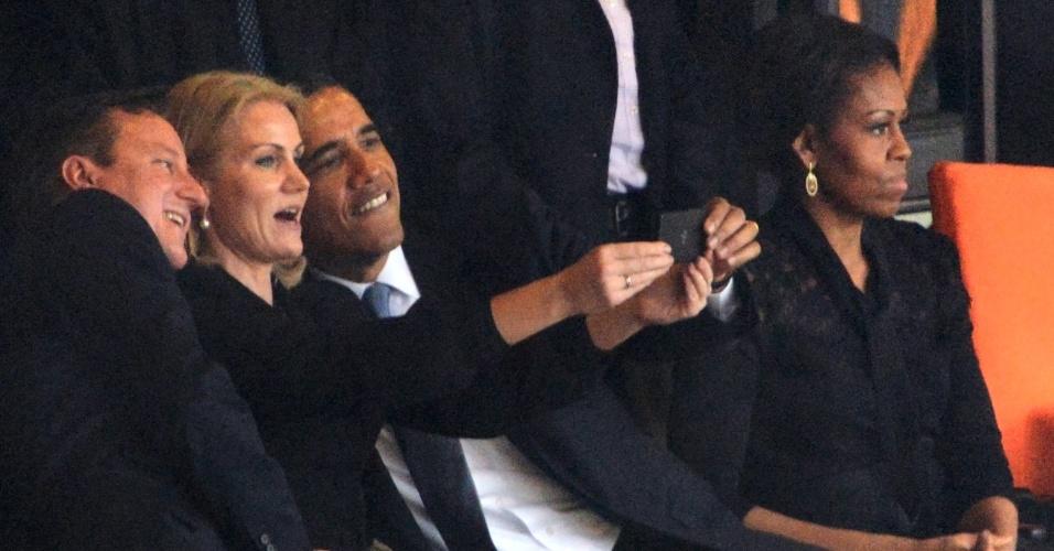 10.dez.2013 - O presidente dos Estados Unidos, Barack Obama (dir), protagonizou um selfie durante memorial a Nelson Mandela em Johannesburgo, na África do Sul. Ao seu lado estavam a primeira-ministra da Dinamarca, Helle Thorning-Schmidt,  e primeiro-ministro britânico, David Cameron. Michelle Obama, à direita, não saiu na foto