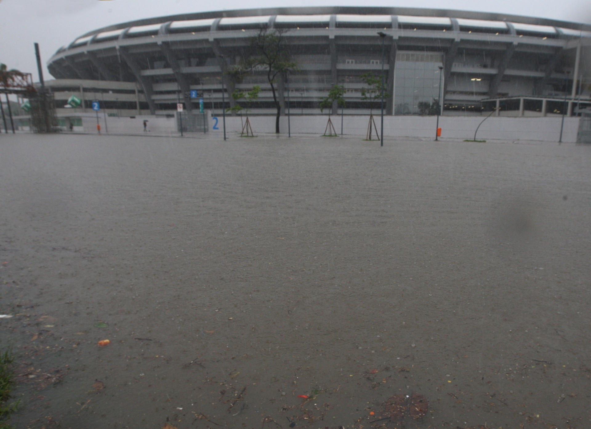11.dez.2013 - A avenida Radial Oeste, na altura do estádio do Maracanã, na zona norte do Rio de Janeiro, fica alagada na manhã desta quarta-feira (11) devido à forte chuva que atinge a cidade