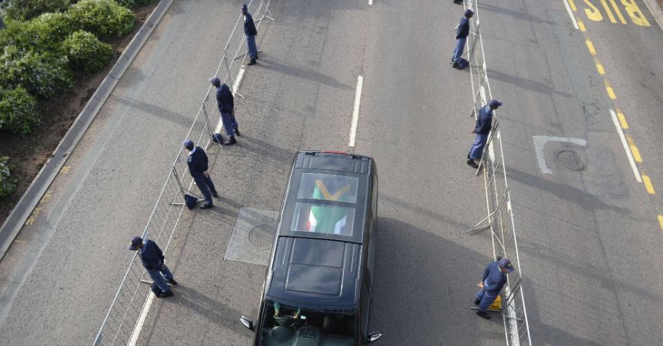 11.dez.2013 - Cortejo fúnebre com o corpo do ex-presidente sul-africano e Nobel da Paz Nelson Mandela segue em rodovia para Pretória, onde será velado. Mandela morre