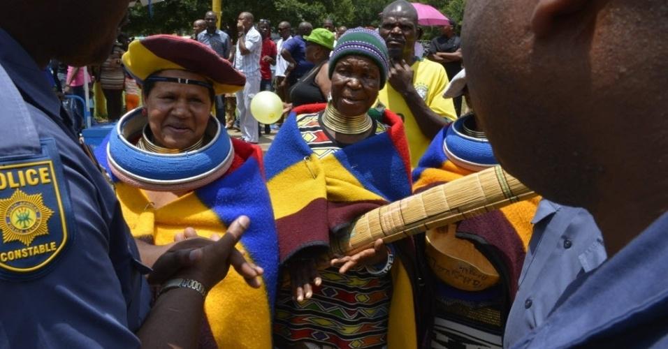 11.dez.2013 - Mulheres da tribo Ndebele vestem seus trajes tradicionais enquanto aguardam para ver o caixão de Nelson Mandela, no Union Bulding, em Pretória