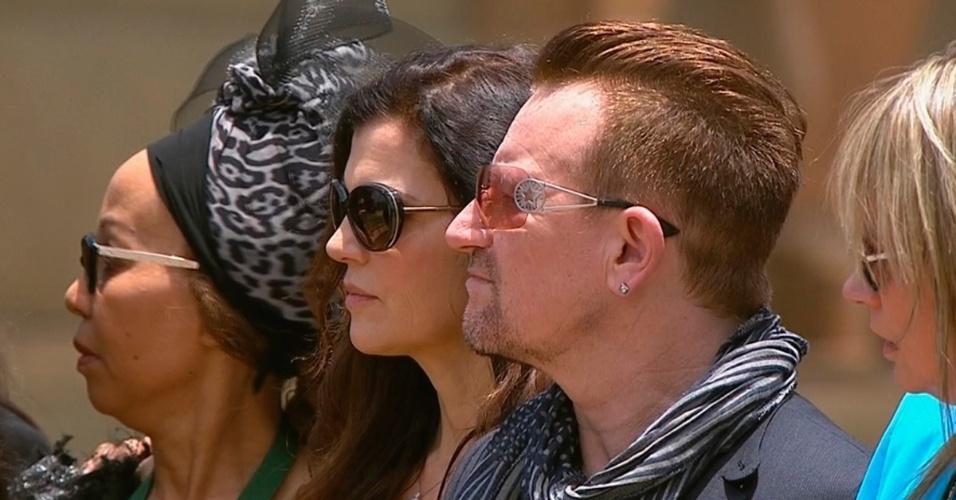 11.dez.2013 - O cantor Bono Vox, da banda U2, participa do funeral de Nelson Mandela, em Pretória, África do Sul