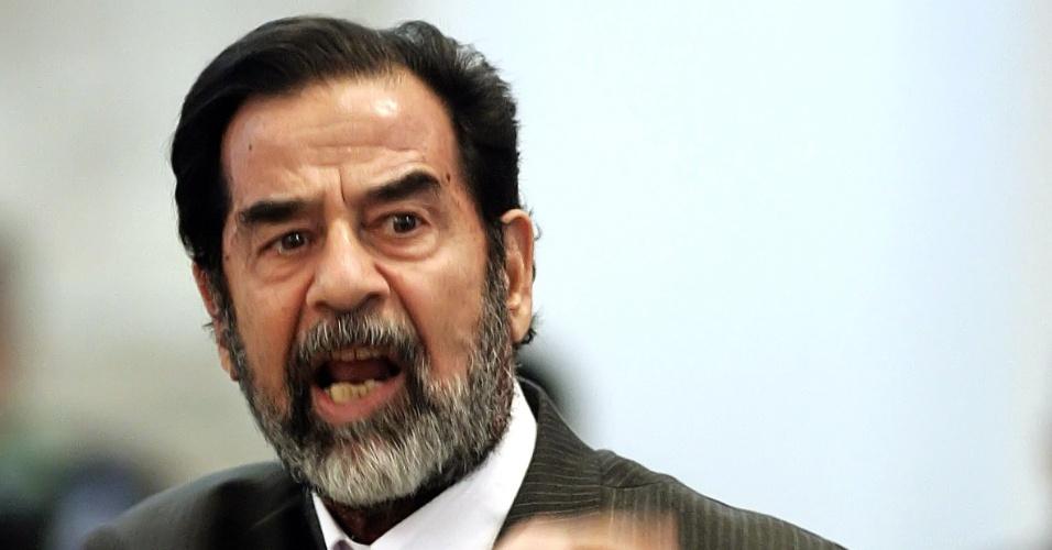 11.dez.2013 - O ex-ditador Saddam Hussein finalmente compareceu ao tribunal em Bagdá nos dias 21 e 22 dezembro de 2005 para denunciar que havia sofrido tortura durante o seu cativeiro. No ano seguinte, o juiz que conduzia o caso, Rizgar Mohammed Amin, foi afastado por ser considerado condescendente com o ditador. Quem assume o julgamento é Rauf Rashid Abdel Rahman, que convoca uma nova equipe de defesa para os acusados