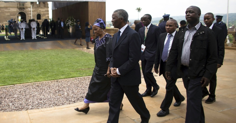 11.dez.2013 - O ex-presidente sul-africano Thabo Mbeki (à esq.) chega ao velório de Nelson Mandela, no Union Building, em Pretória