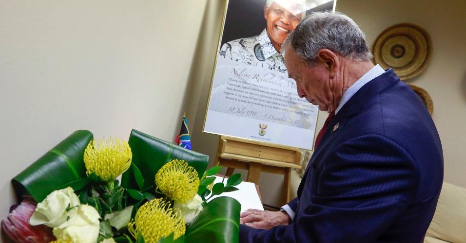 11.dez.2013 - O prefeito de Nova York, Michael Bloomberg, assina livro de condolências do ex-presidente sul-africano Nelson Mandela no Consulado Geral da África do Sul em Nova York
