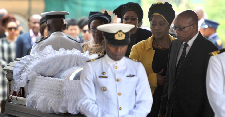 11.dez.2013 - O presidente da África do Sul, Jacob Zuma (à dir.), presta homenagem a Nelson Mandela, no Union Buildings, em Pretória