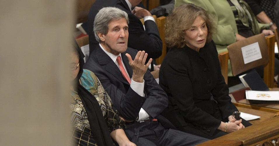11.dez.2013 - O secretário de Estado americano, John Kerry, e sua mulher, Teresa Heinz Kerry, conversam antes de missa celebrada em homenagem ao ex-presidente da África do Sul, Nelson Mandela, na Catedral Nacional de Washington, nos Estados Unidos