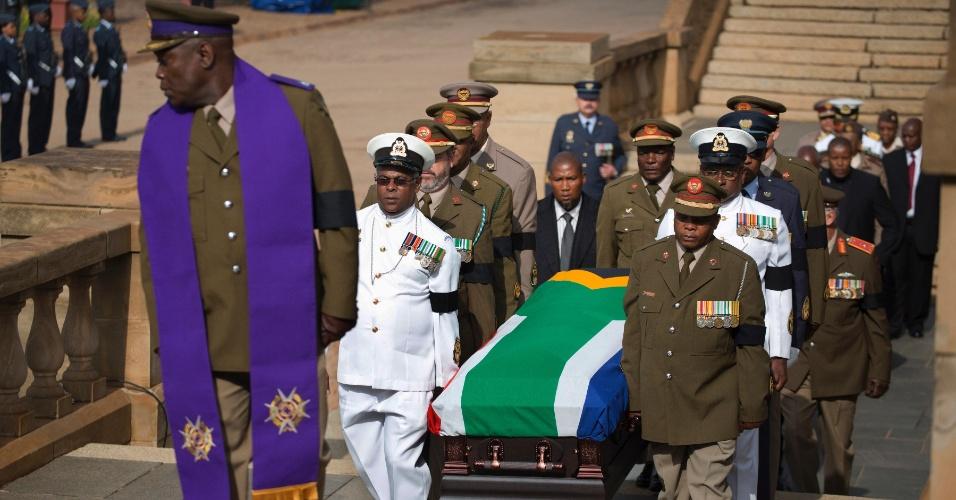 11.dez.2013 - Oficiais militares carregam caixão com corpo do ex-presidente sul-africano e Nobel da Paz Nelson Mandela, nesta quarta-feira (11), em Union Buildings, em Pretória, onde o corpo será velado