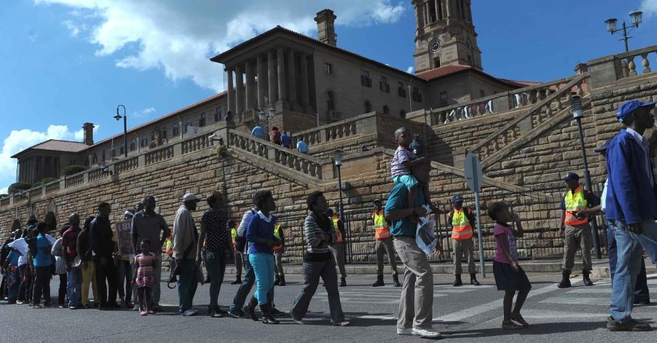 11.dez.2013 - Pessoas aguardam em fila para prestar homenagem ao ex-presidente sul-africano Nelson Mandela, cujo corpo será velado durante três dias em Pretória