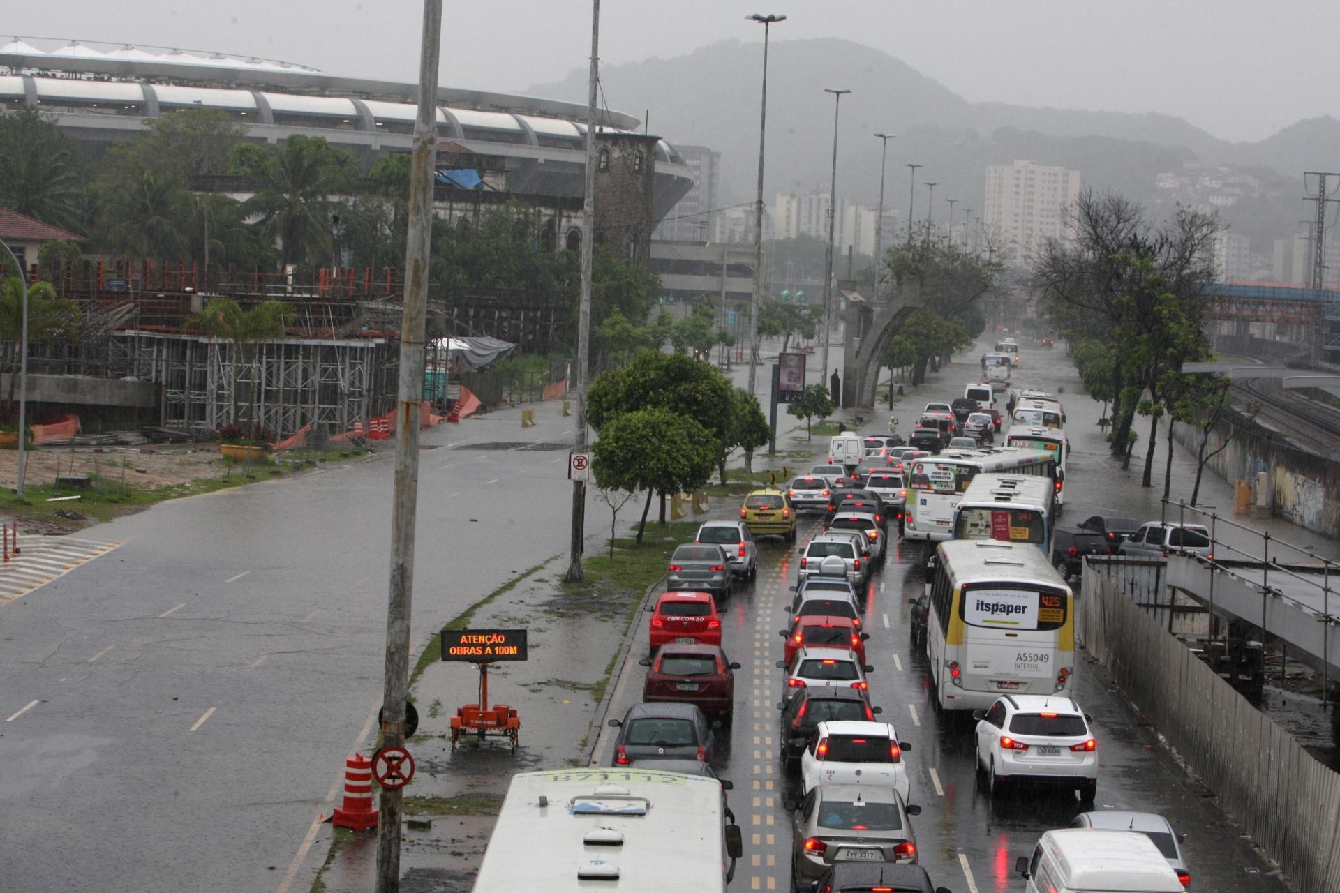 11.dez.2013 - Trânsito fica congestionado na avenida Radial Oeste, na altura do estádio do Maracanã, zona norte do Rio de Janeiro, na manhã desta quarta-feira (11). A chuva que atinge a cidade desde a noite de ontem provoca diversos pontos de alagamento