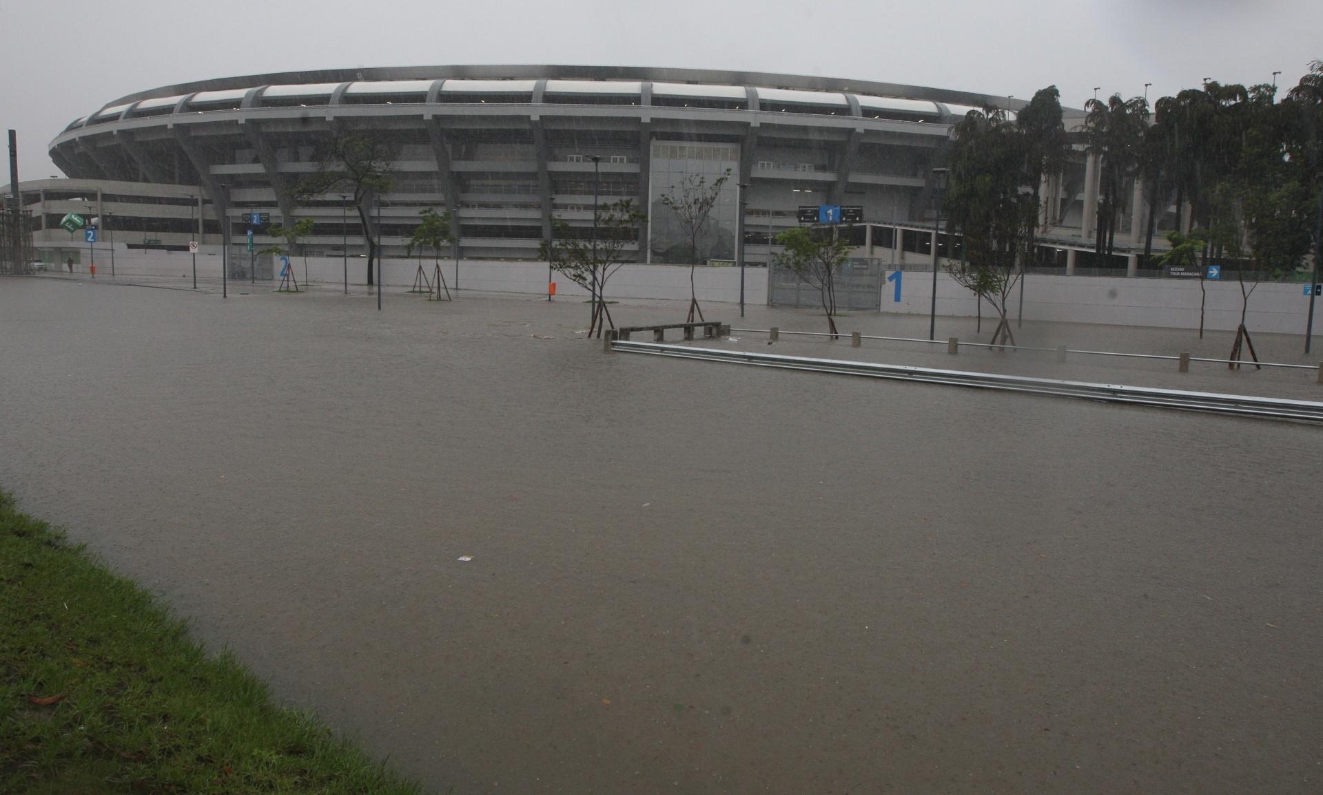 11.dez.2013 - Vista geral do alagamento na região do estádio do Maracanã, no Rio de Janeiro, na manhã desta quarta-feira (11). A chuva provocou alagamentos por toda a cidade. A SuperVia fechou os ramais de Saracuruna e Belford Roxo por volta das 6h