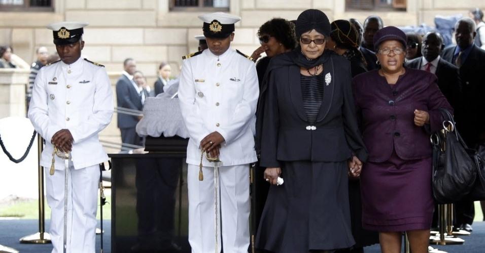 11.dez.2013 - Winnie Mandela (de preto), ex-mulher de Nelson Mandela, vela o corpo do ex-presidente sul-africano na sede do governo do país, em Pretória, nesta quarta-feira (11)